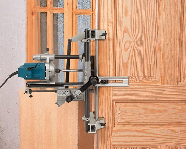 fresadora en puerta de madera